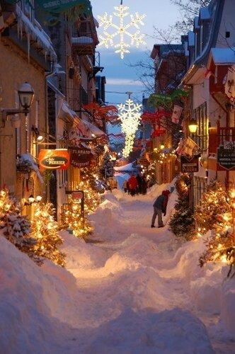 Заснеженная улица перед праздниками