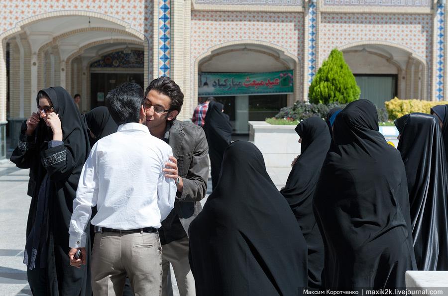 Распространен миф, что в восточных исламских странах женщины сидят дома и ничем не занимаются. Э