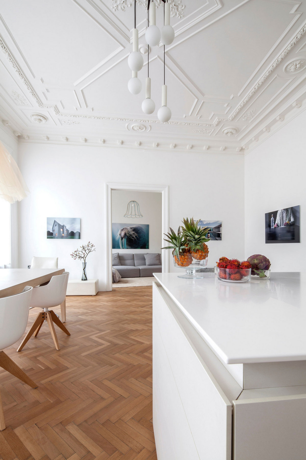 Apartment H+M, дизайн интерьера квартиры пример, дизайн интерьера, оформление квартиры, низкая кровать фото, Destilat Австрия, светлый интерьер квартиры