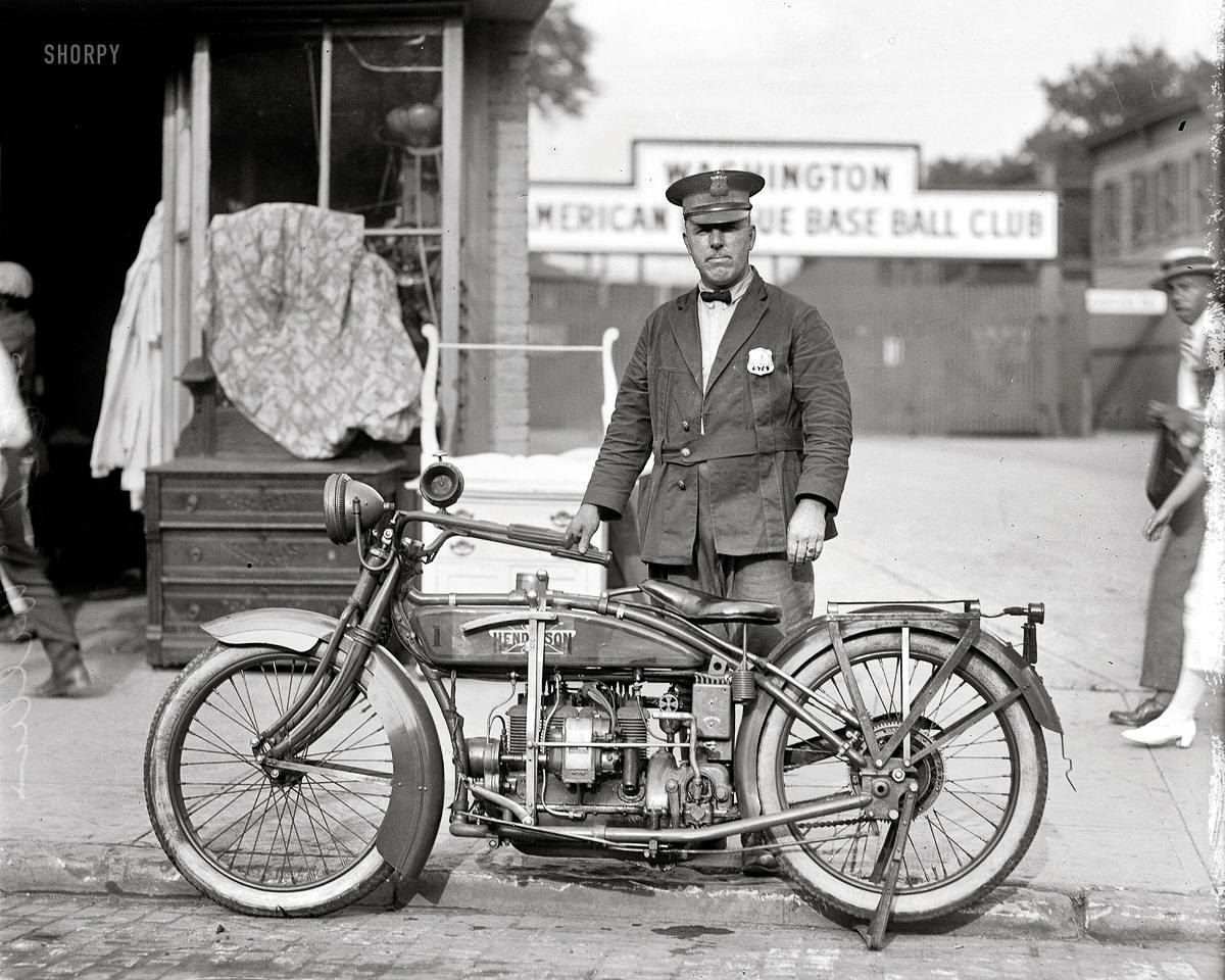 Офицер полиции со своим мотоциклом (Вашингтон, 1922 год)