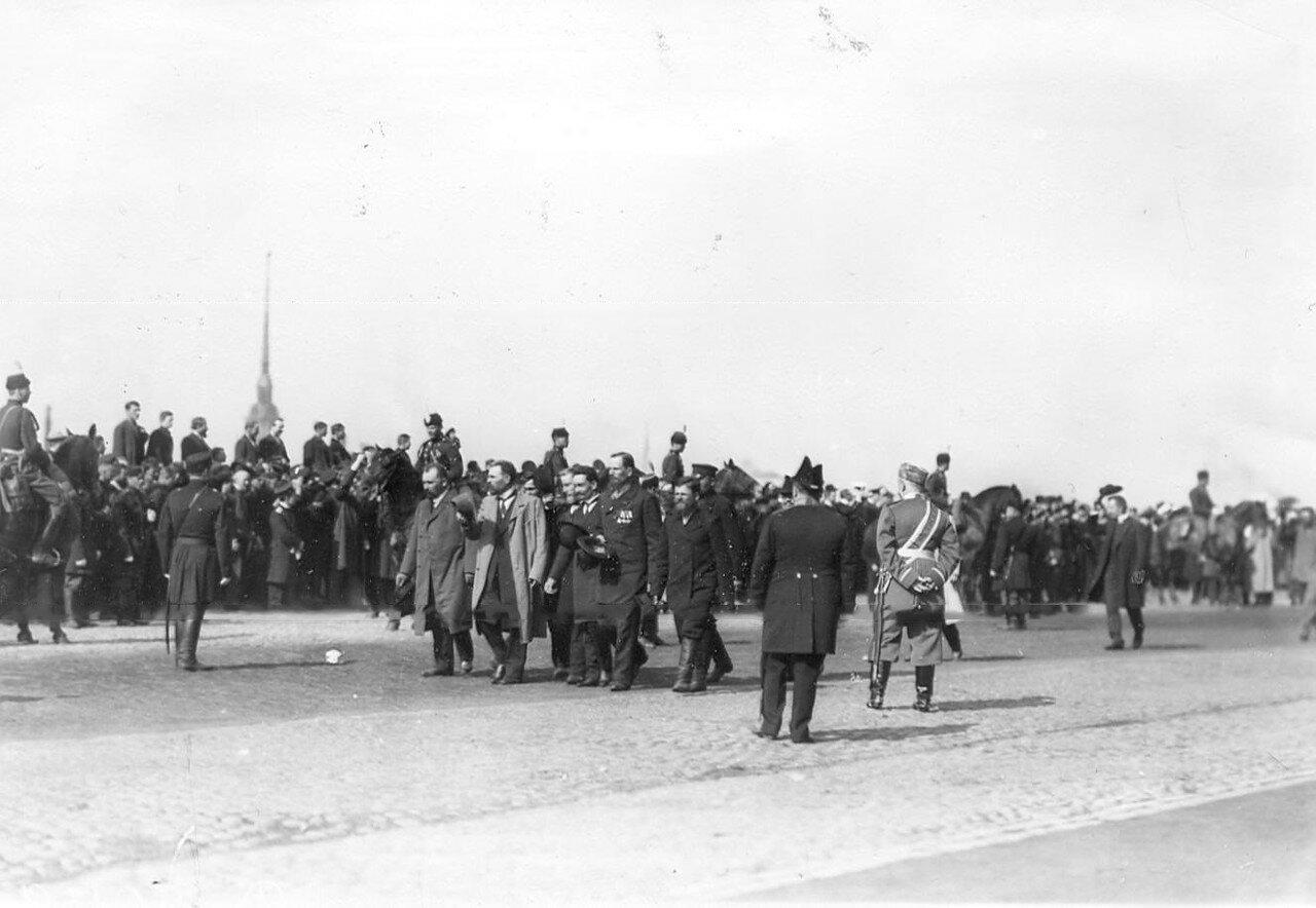 Депутаты Первой Государственной думы на набережной Невы после приема у императора Николая II в Зимнем дворце