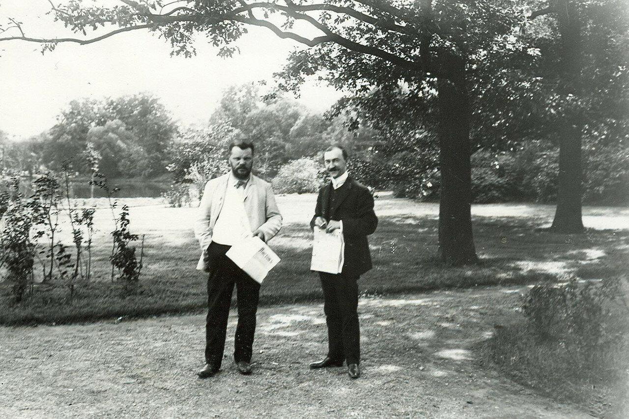 Два депутата Первой Государственной думы во время перерыва заседания в Таврическом саду