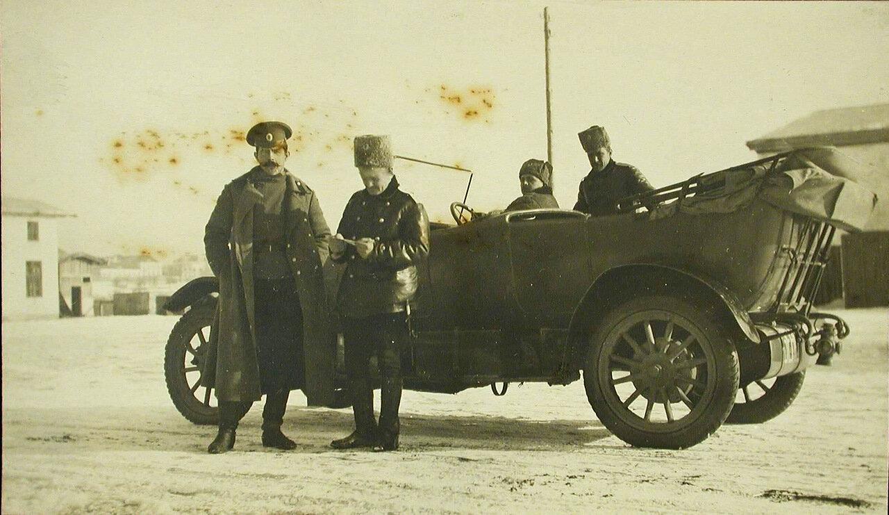 43. Офицеры роты поручик Куновский (слева) и штабс - капитан Степанов - у автомобиля