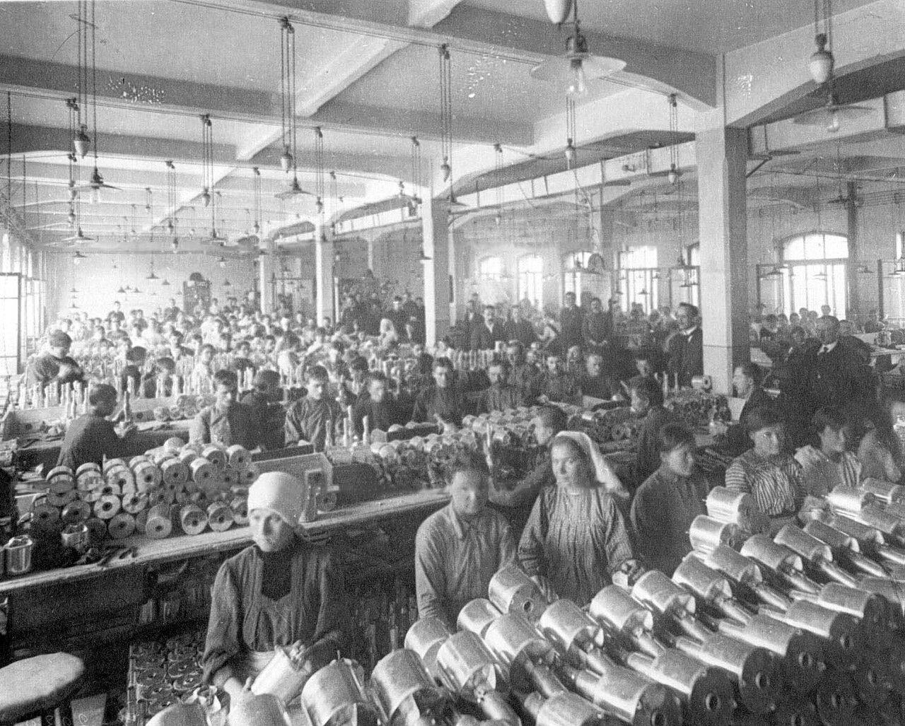 12. Рабочие фабрики за изготовлением гранат.  1916