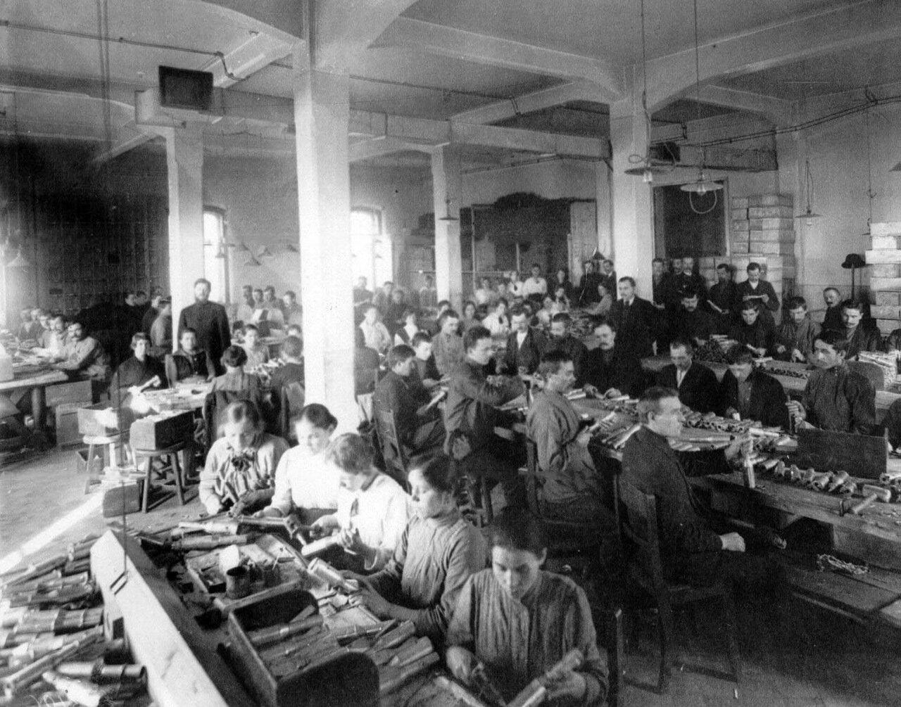 15. Рабочие фабрики за изготовлением гранат. 1916