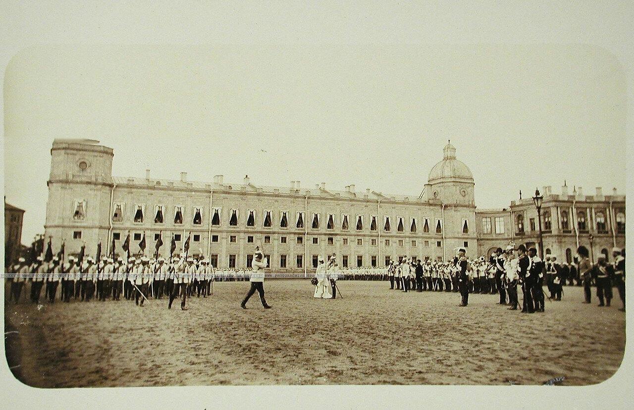 11. Шеф полка вдовствующая императрица Мария Федоровна и император Николай II (в центре) принимают парад кирасир на плацу перед Гатчинским дворцом