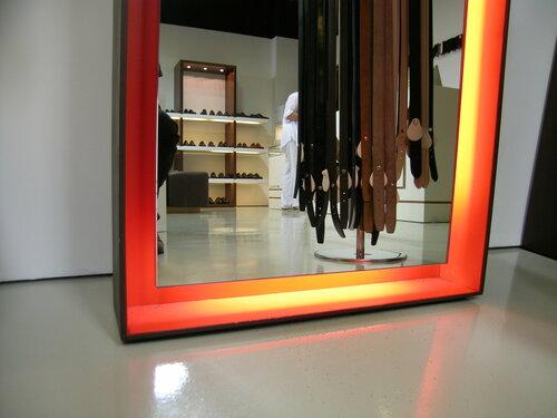 Интерьер современного магазина, зеркало, рама.