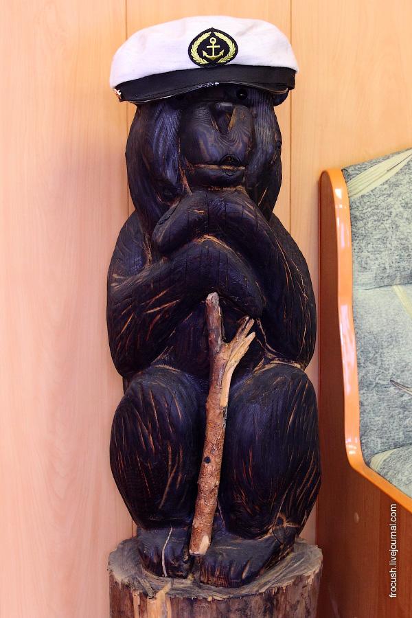 Медведь в холле главной палубы теплохода «Габдулла Тукай»