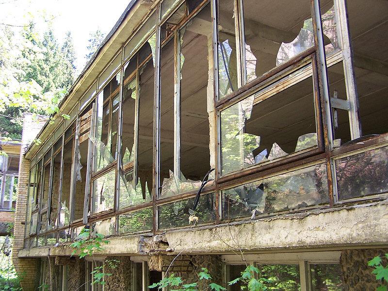 Разбитые стёкла бывшей столовой