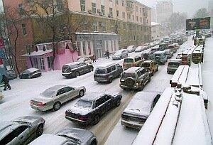 Из-за выпавшего снега движение во Владивостоке оказалось парализовано