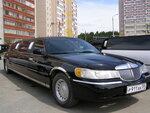 Лимузин Линкольн таун кар, черный, 2002 года выпуска.