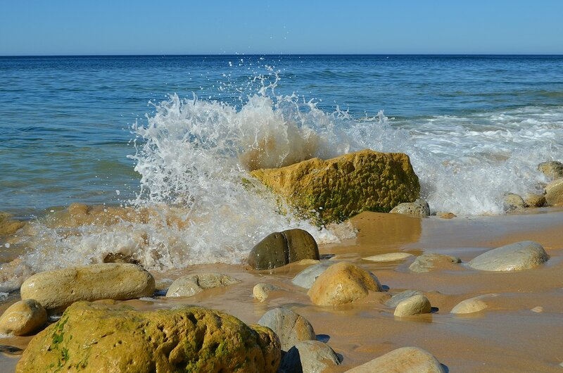а по камушкам море бежит