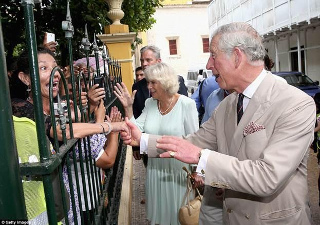 Принц Чарльз получил в Колумбии в подарок шляпу