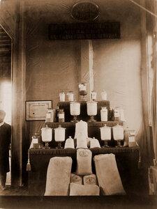Экспонаты отдела фабрично-заводской  промышленности, кустарного и ремесленного производства  крупчатка вальцовой мельницы наследников М. О. Осокина.