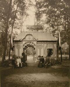 Группа местных жителей у входа в павильон Д.Л. Филатова.