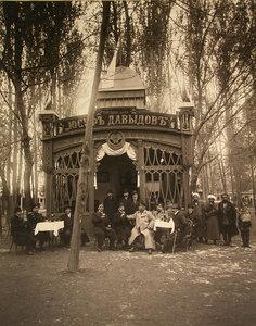 Группа чинов у входа в павильон пивоваренного завода торгового дома Юсуф Давыдов.