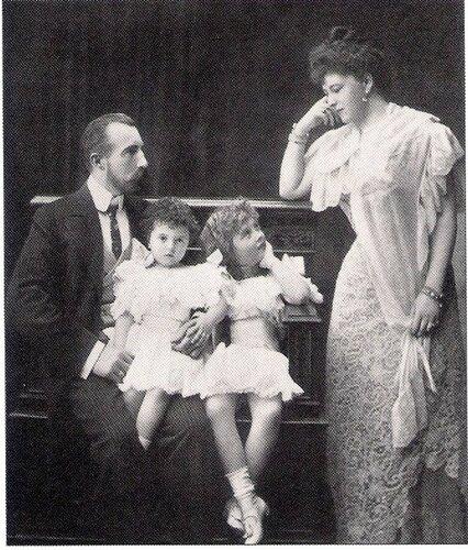 Чета Великого князя с дочерьми Надей и Азей.jpg