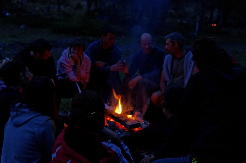 Вечерние посиделки у костра с охотничье-рыболовными историями