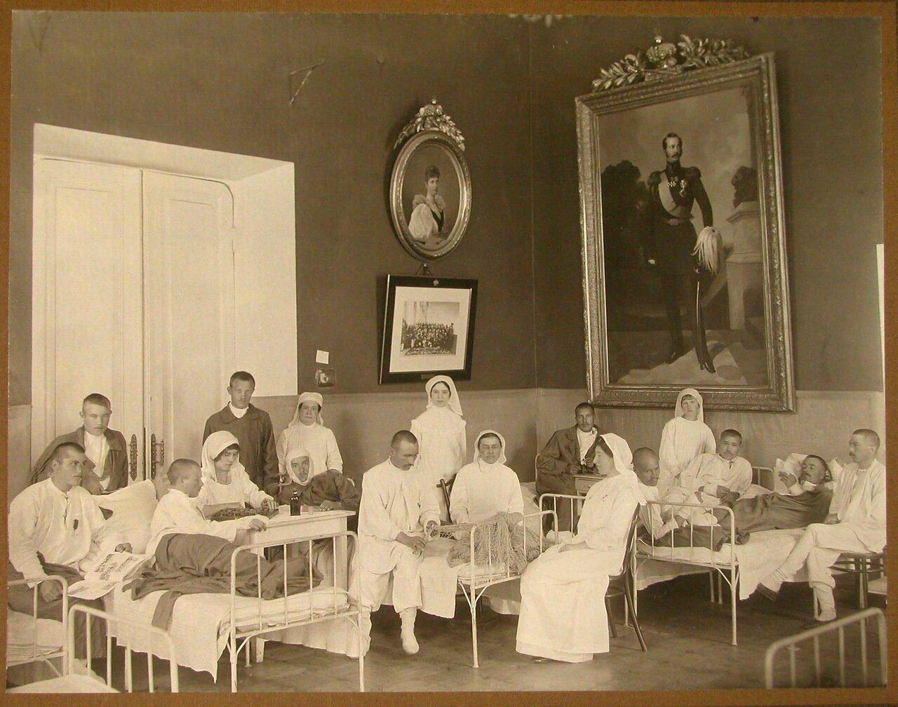 04. Раненые и медицинский персонал в одной из палат лазарета
