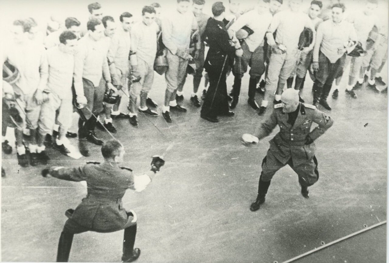 Муссолини фехтует с офицером фашистской милиции. 1938