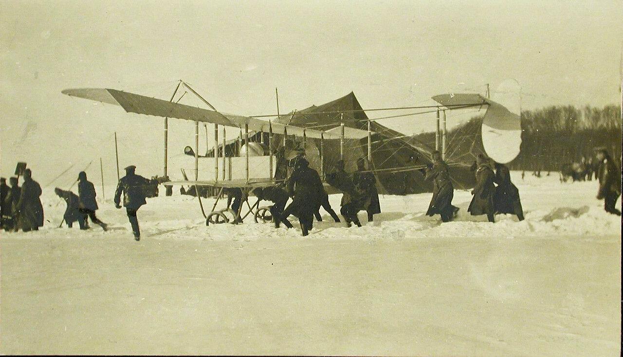 44. Солдаты роты и авиаторы выводят летательный аппарат Фарман №35 к месту подъема