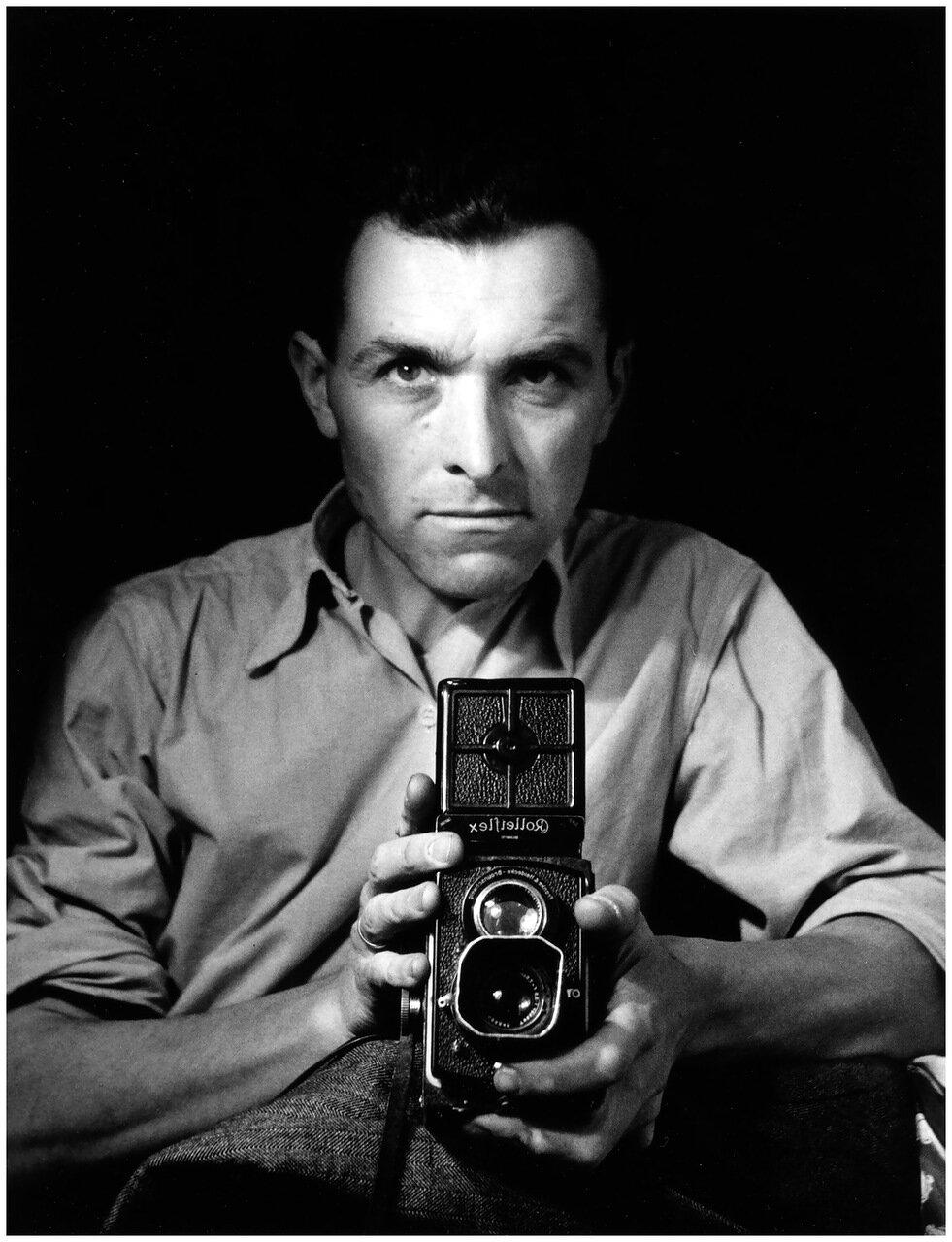 1947. Автопортрет с роллейфлексом