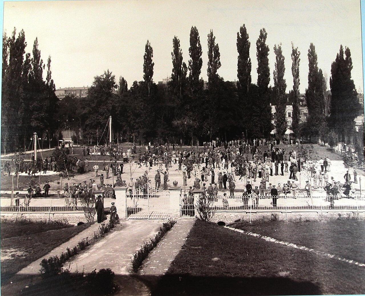 14. Гимназисты Первой Киевской гимназии в саду во время большой перемены
