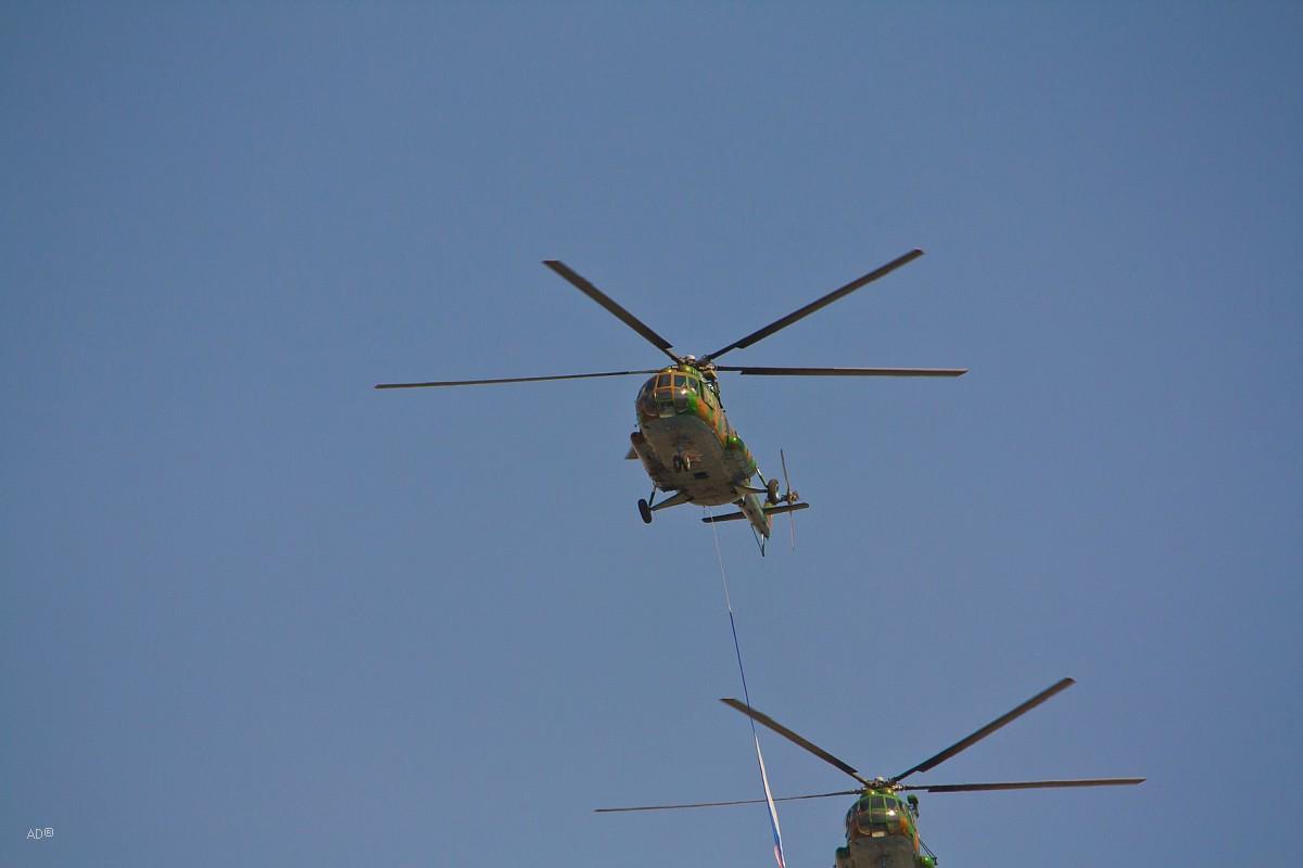 Авиационную часть парада открыли вертолёты Ми-8, которые несли государственный флаг России, знамя Вооружённых сил, родов и видов войск.