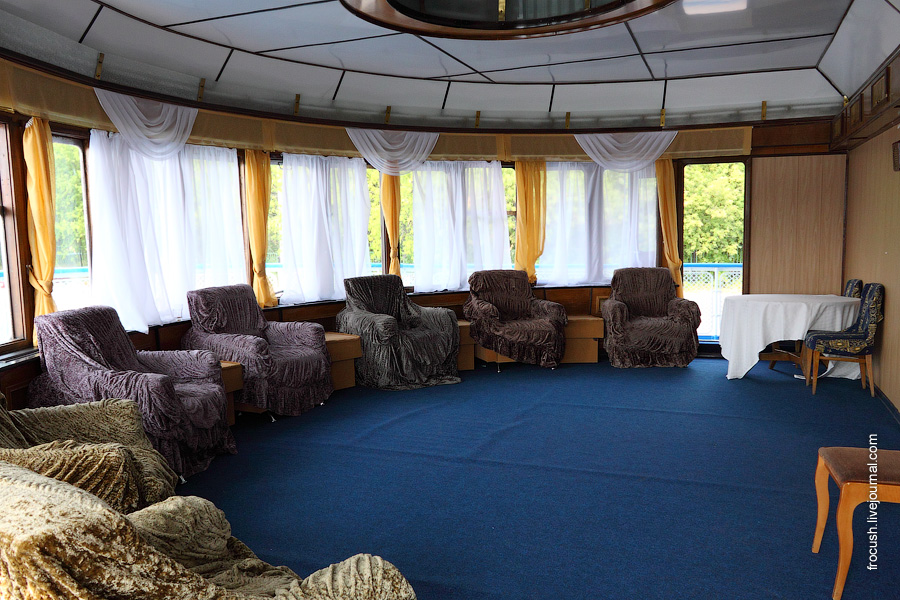 Салон отдыха в носовой части средней палубы теплохода «Габдулла Тукай»