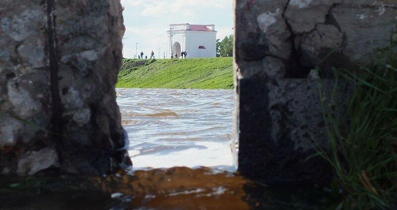 Речная вода заливает набережную