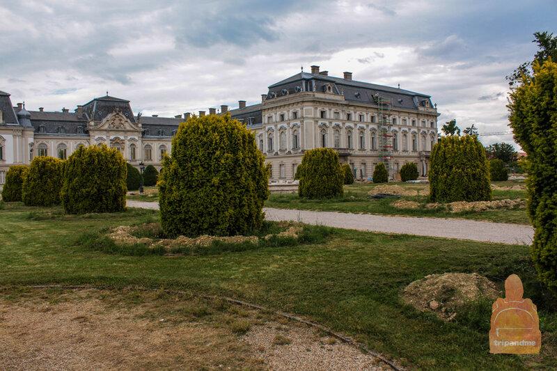 Парк вокруг дворца ухоженный, в нем приятно погулять