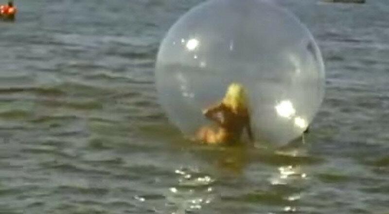 Борьба блондинки со сферой. Самое смешное видео!