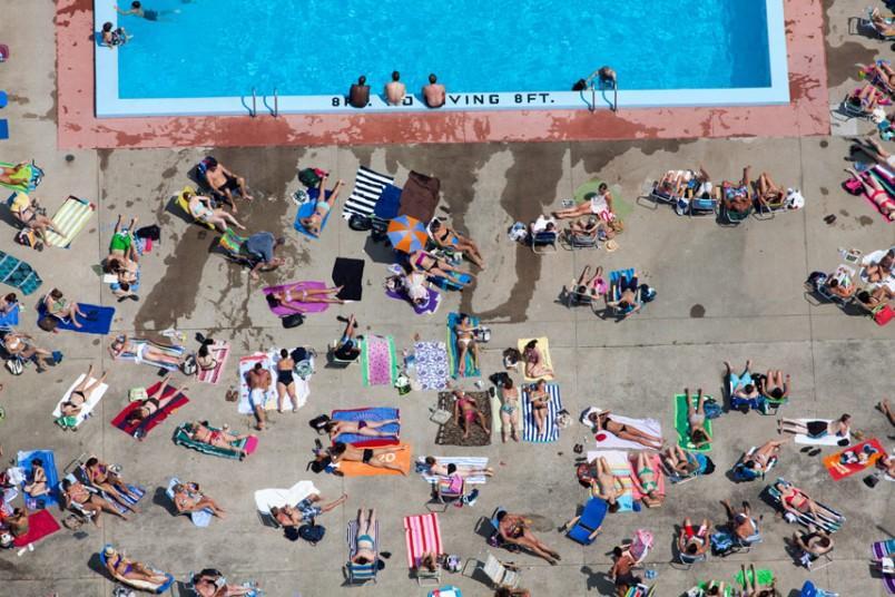 15. Загораем у бассейна, Кембридж, Массачусетс, США, 2012 г. (Alex MacLean / Beetles+Huxley)