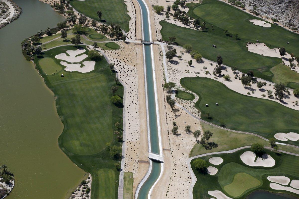 18. Высохший канал в поле для гольфа в Ла-Квинте.