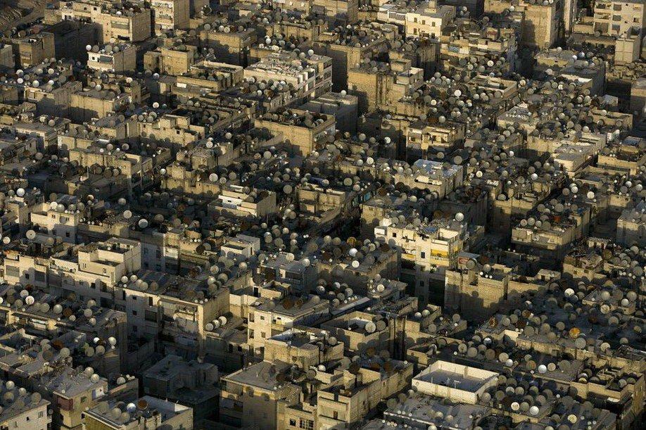 44. Россыпь спутниковых антенн на крышах старого города в Дамаске, Сирия .