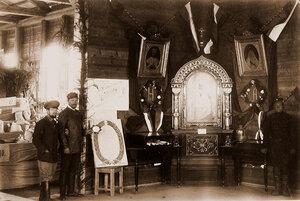 Служащие в вестибюле выставки.