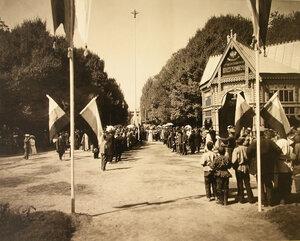 Местные жители во время церемонии открытия выставки.