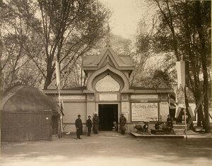 Служители у входа в павильон Закаспийского и фабрично-заводского отделов.