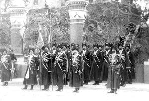 Солдаты Собственного Его Императорского Величества конвоя у церковной ограды во время освящения храма.