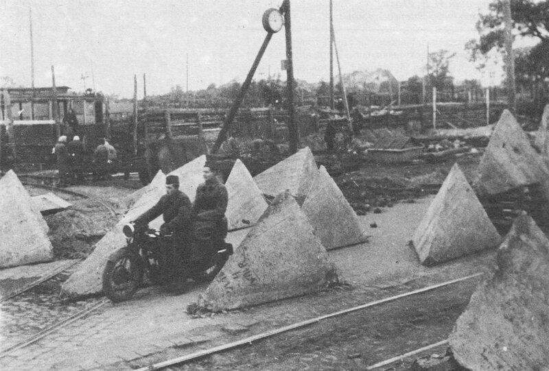 Советские мотоциклисты у линии надолб на въезде в Кировский район Ленинграда