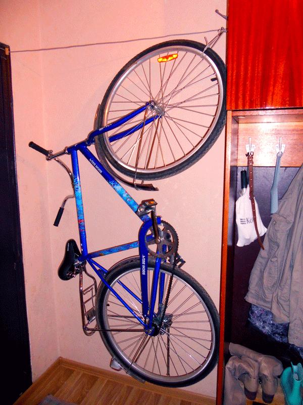 Велосипед висит на крючке