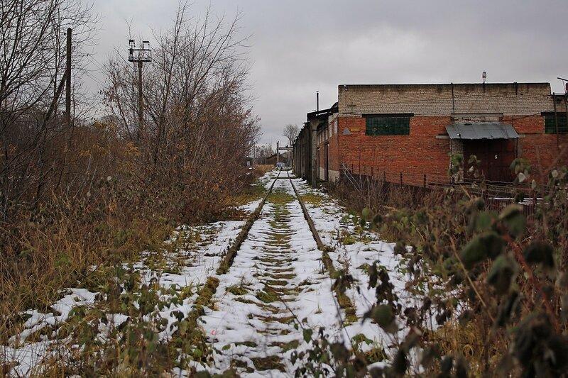 Железнодорожный тупик, припорошенный снегом в Коминтерне