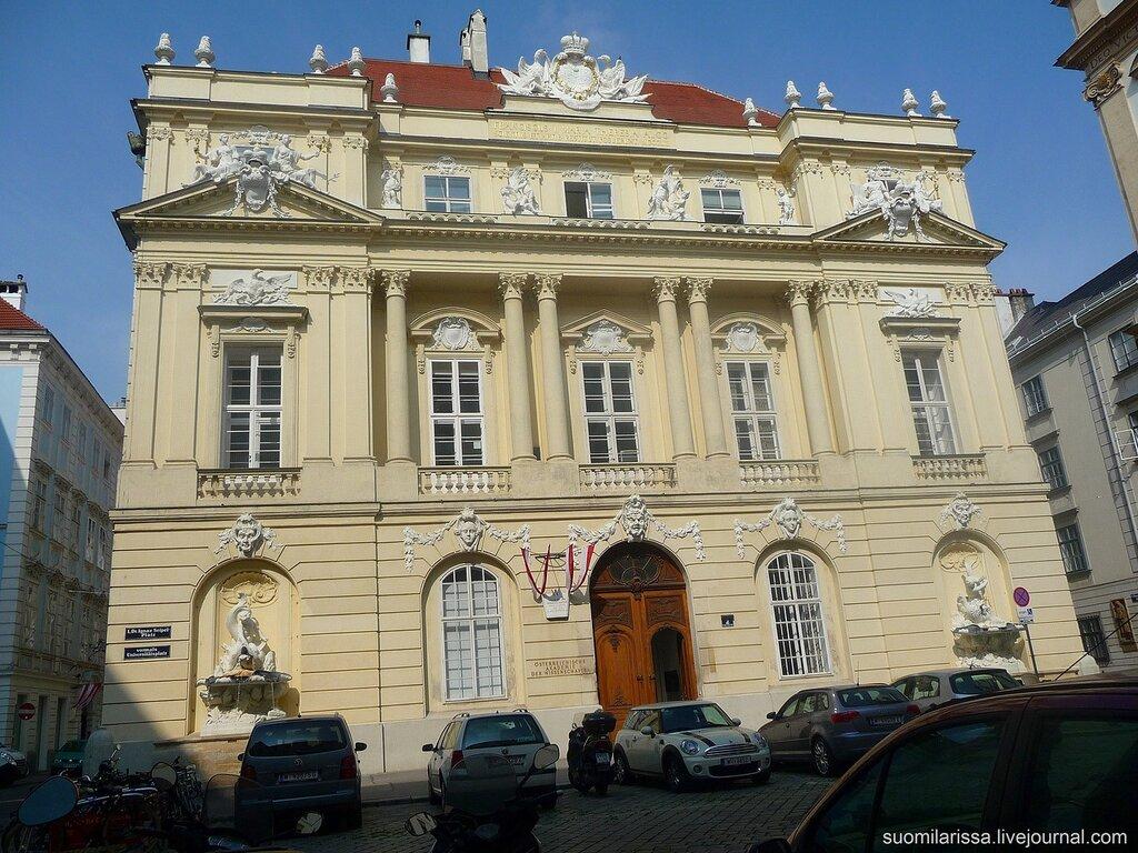 Старое здание университета.