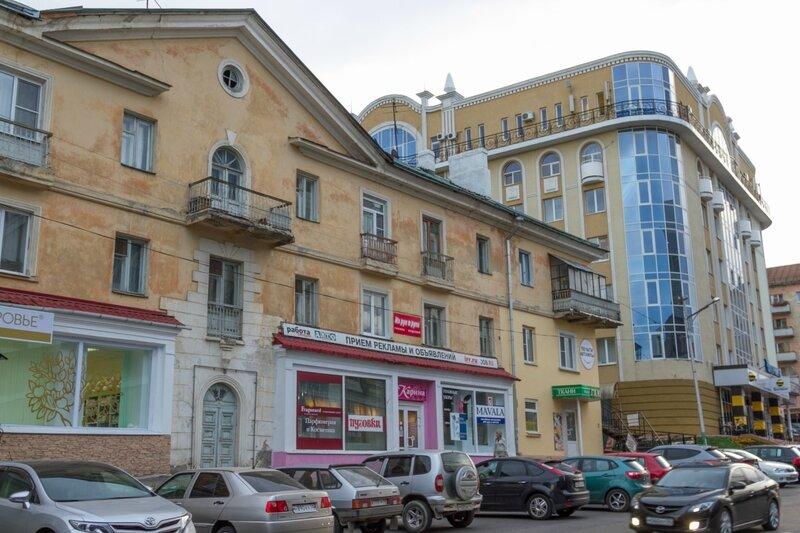 "Старый дом и ТЦ ""Гермес"", Пенза, улица Кураева"