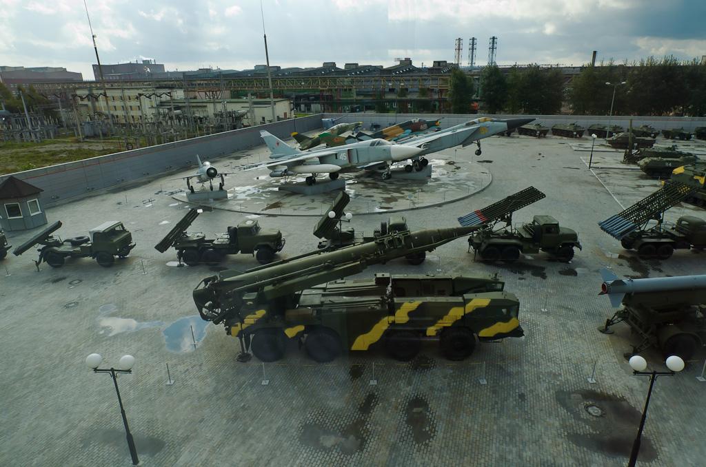 17. Вид на экспозицию современной авиационной и ракетной техники в музее под открытым небом в Пышме