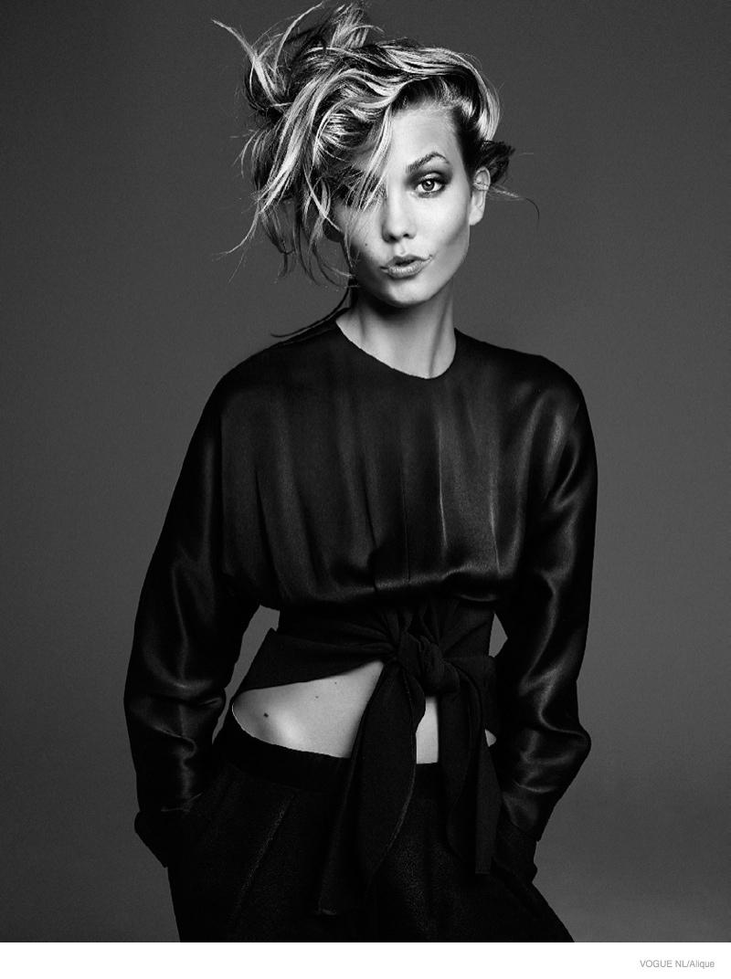 Карли Клосс в фотосессии Vogue Netherlands, черно-белое, костюм
