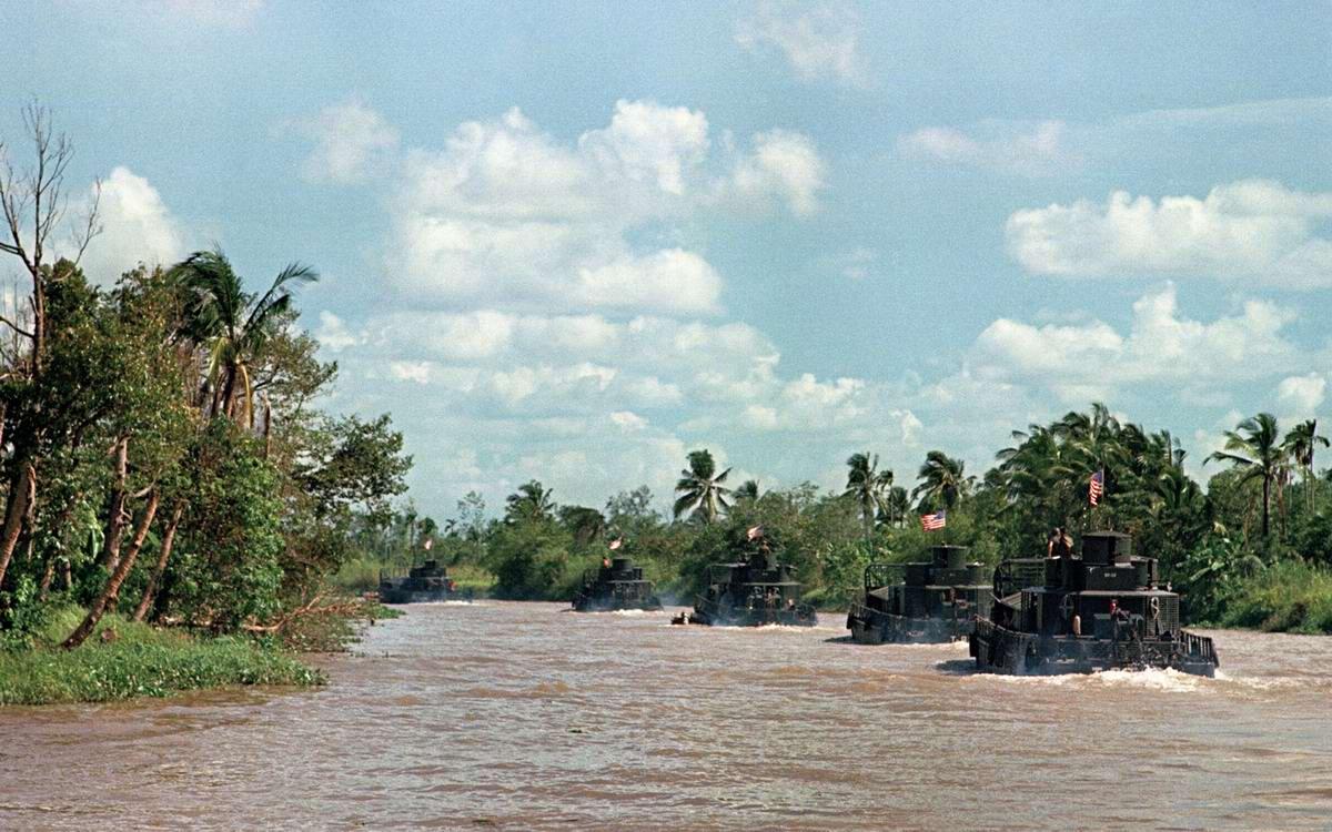 Американские бронекатера с солдатами из 9-й пехотной дивизии в рукавах реки Меконг в 55 км к юго-западу от Сайгона