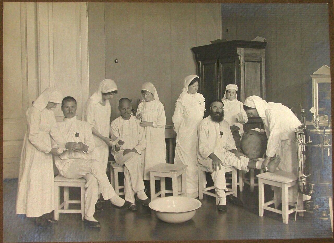 07. Раненые в перевязочном кабинете во время перевязок