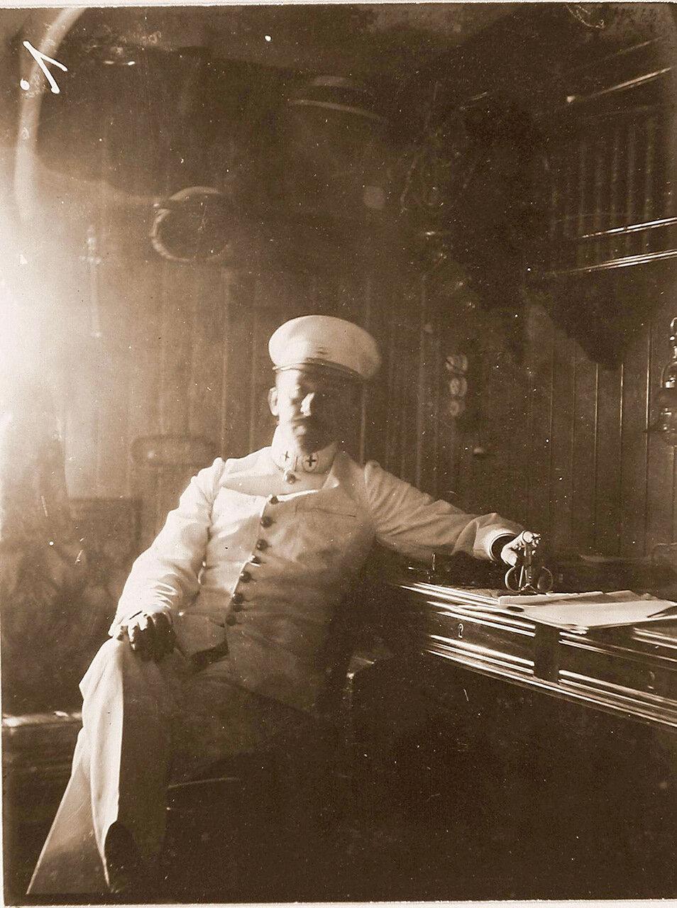 10. Доктор плавучего госпиталя Орёл Парис в каюте судна