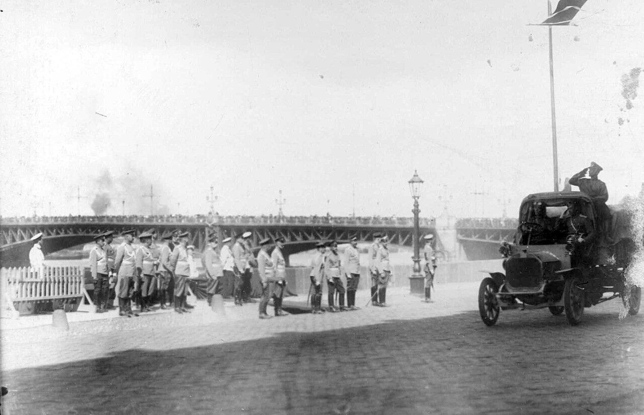 07. Император Николай II со свитой наблюдает за проезжающими грузовиками на набережной у Троицкого моста.